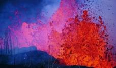 喷发的火山图片